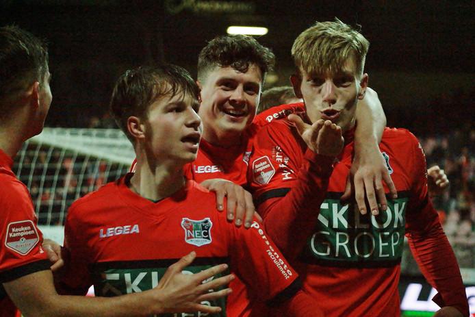 Zian Flemming (rechts) viert zijn goal tegen Helmond Sport met Bas Kuipers (links van hem) en Dirk Proper.