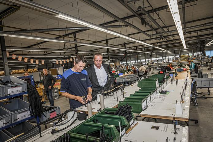 Directeur Arthur Burgmans van Multi-Fix (rechts) bezoekt de draadbomenfabriek in Brunssum.