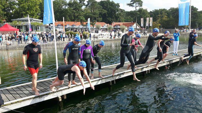 De start van de wedstrijdzwemmers bij de Swim to Fight Cancer in 2017  in Vught. Ook dit jaar is de IJzeren Man het decor.