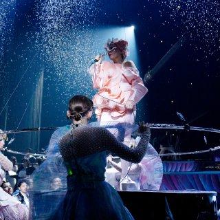 Björk in Vorst Nationaal: de keizerin had geen kleren aan ★★★ ☆ ☆