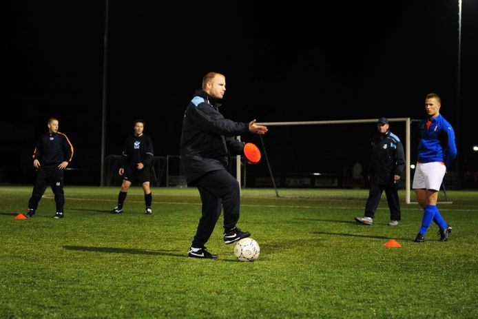 Danny Mathijssen, hier als trainer van METO, staat ook volgend seizoen voor de groep bij Victoria'03. (archieffoto)