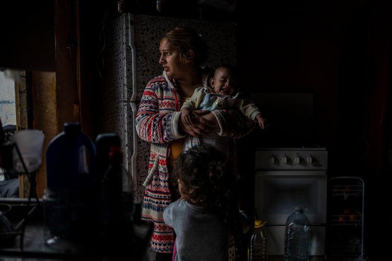 Pastora Fernandez heeft er een dagtaak aan om haar kinderen warm te houden. Beeld Olmo Calvo