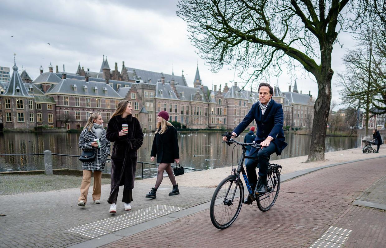 Mark Rutte is in Den Haag op de fiets onderweg naar koning Willem-Alexander om het ontslag van zijn kabinet aan te bieden. Beeld ANP