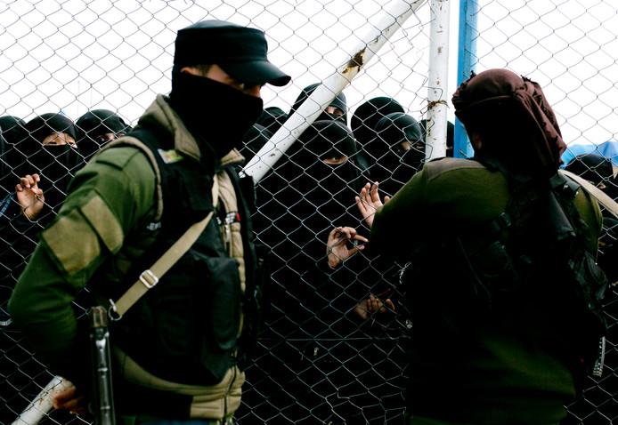 Vrouwelijke IS'ers in detentiekamp Al Hol. In het kamp verblijven 73.000 mensen die uit het kalifaat zijn gevlucht, onder hen zo'n 9000 buitenlandse vrouwen en kinderen die in een besloten deel worden vastgehouden.