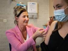 Uit het hele land jakkeren mensen naar Lelystad voor 'prullenbakvaccin': 'Ze willen graag op vakantie'