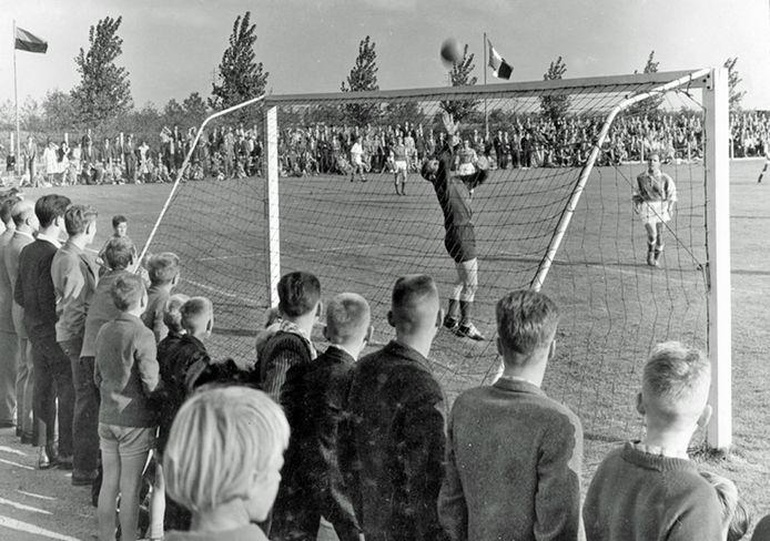 Drukte langs de lijn tijdens een thuiswedstrijd van RKVV Tongelre in 1960.