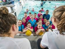Nederlandse waterpolodames leren Zoetermeerse kinderen fijne kneepjes van sport