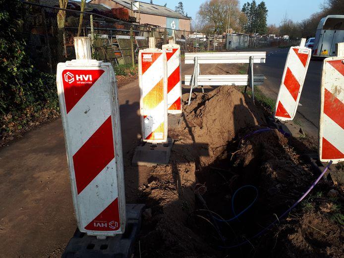 De gebroken kabel aan de Heesterseweg in Geffen wacht op reparatie.