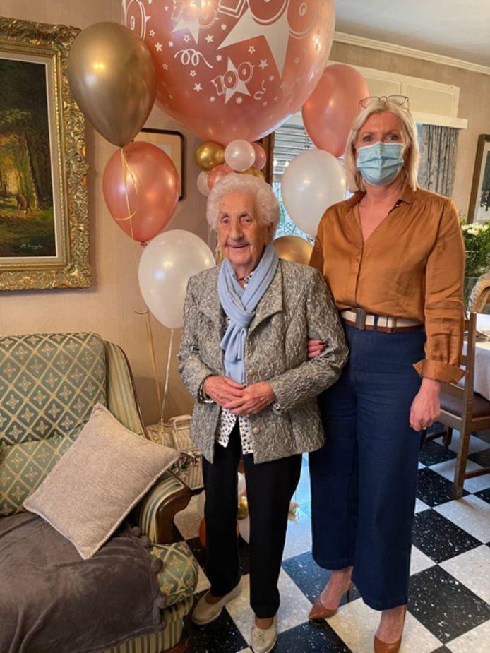 Martha De Cock uit Haaltert heeft haar 100ste verjaardag gevierd. Burgemeester Veerle Baeyens kwam haar proficiat wensen.