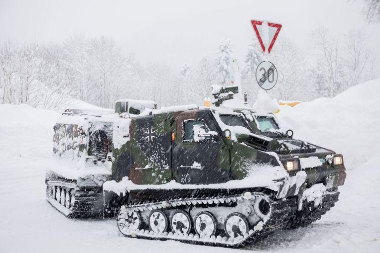 Een voertuig van het Duitse leger brengt voedsel nabij Berchtesgaden in Beieren. Beeld AP