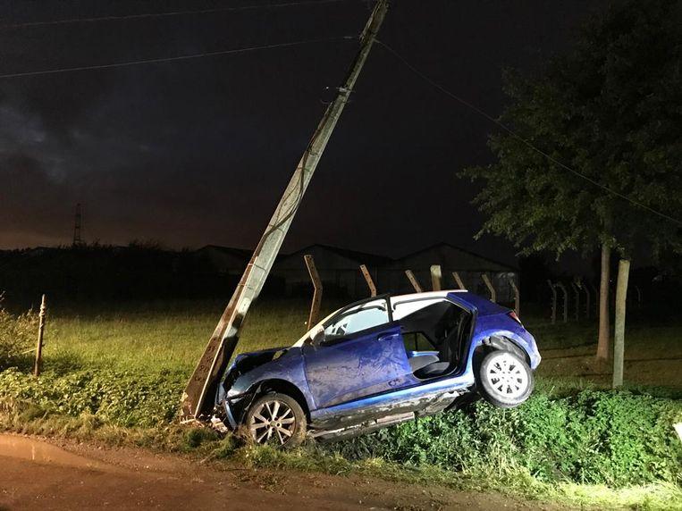 De auto belandde in de berm tegen een elektriciteitspaal.