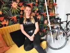 Triatlete Nikita van den Ouden keert na drie jaar terug met een zege in Zevenhuizen
