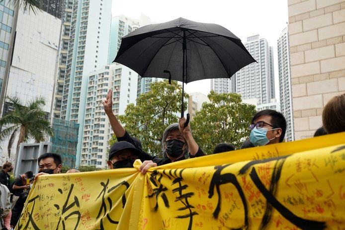 Aanhangers van de pro-democratie-activisten houden een banner op met de eis om alle politieke gevangenen vrij te laten in Hongkong.