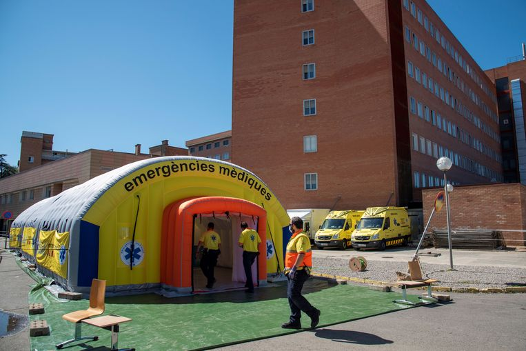 Een veldhospitaal in Lleida.  Beeld EPA
