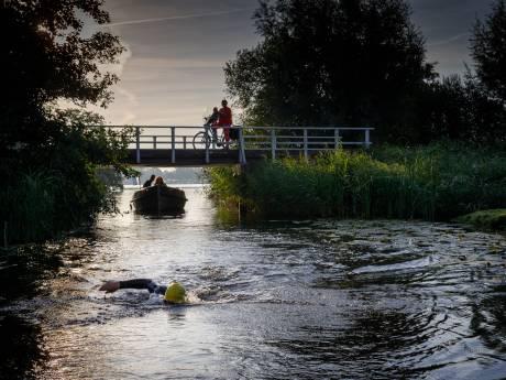 Zwemestafette Kop van Overijssel op schema na 'magische nacht'
