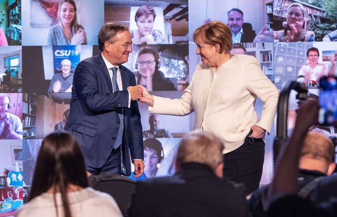 Angela Merkel en haar partijgenoot Armin Laschet (L)
