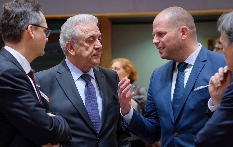 EU-Commissaris voor Migratie, Binnenlandse Zaken en Burgerschap Dimitris Avramopoulos (links) praat met Staatssecretaris voor Asiel en Migratie Theo Francken (rechts) op de bijeenkomst in Brussel.