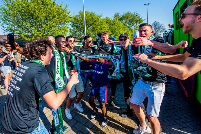 SV Aarlanderveen is kampioen, ze komen na de wedstrijd aan bij de club op een platte kar met traktor. Foto: Frank de Roo