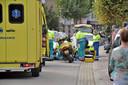 Hulpverleners bij de vrouw die aangereden is door een motorrijder.