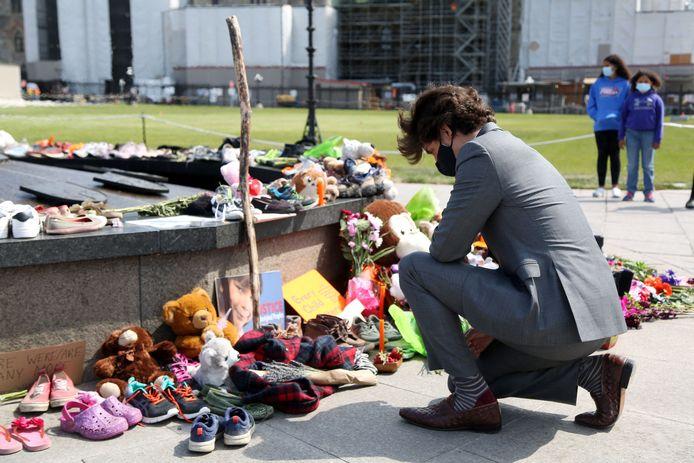 De Canadese premier Justin Trudeau bezoekt een geïmproviseerde gedenkplaats ter ere van de 215 overleden inheemse kinderen. (01/06/2021)