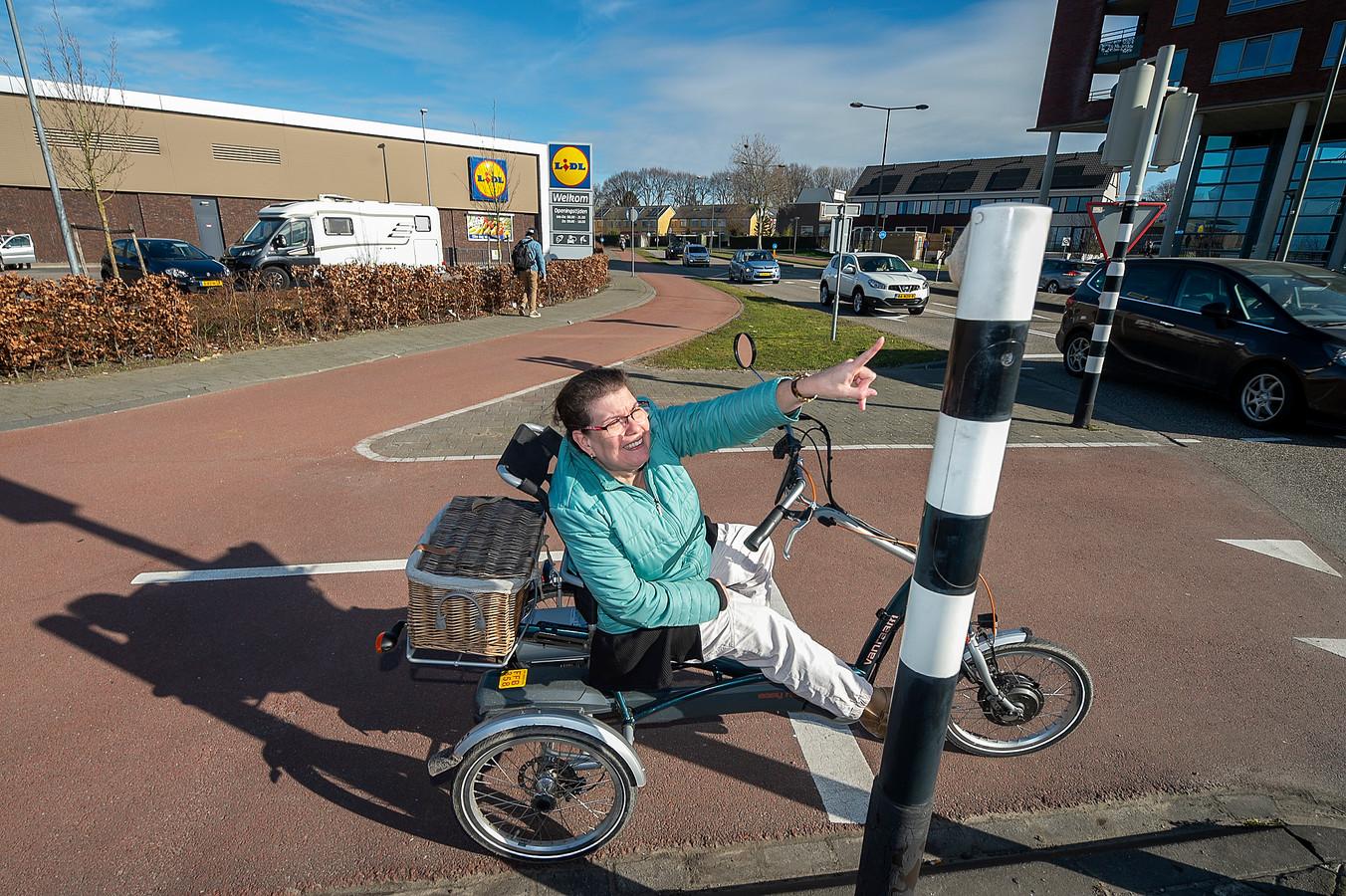 Renata is invalide en kan niet oversteken omdat ze niet bij het knopje van het verkeerslicht kan ter hoogte van de Lidl.