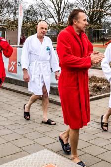 Vrieskou of niet, buitenbad in Heino opent het zwemseizoen: 'In het water is het heerlijk'