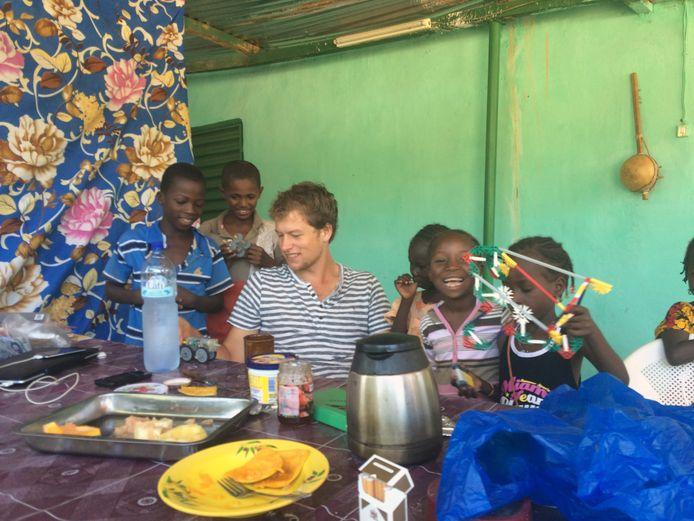 Bram Salman uit Delden, tropenarts in opleiding, zit in Burkina Faso waar donderdag een staatsgreep plaats vond.