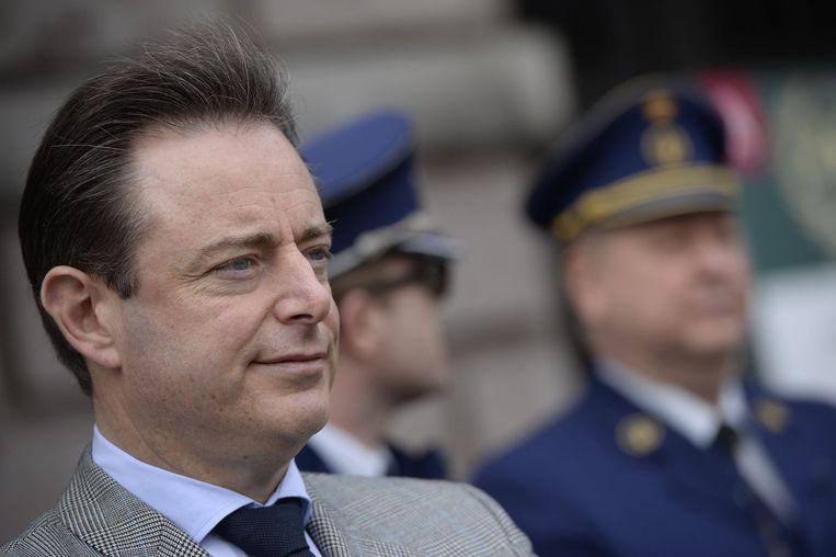 De Wever bij de officiële huldiging van de drugshonden van de Antwerpse politie. Beeld photo_news
