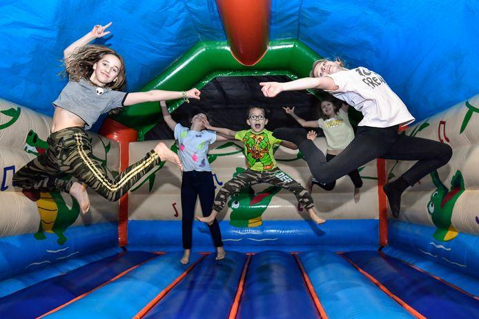 Kinderen kunnen zich uitleven op de springkastelen.