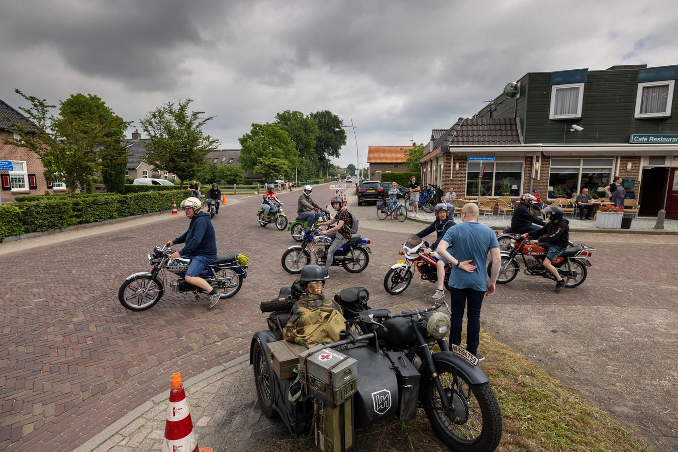 Beeld van een toertocht met oude brommers in Staphorst.