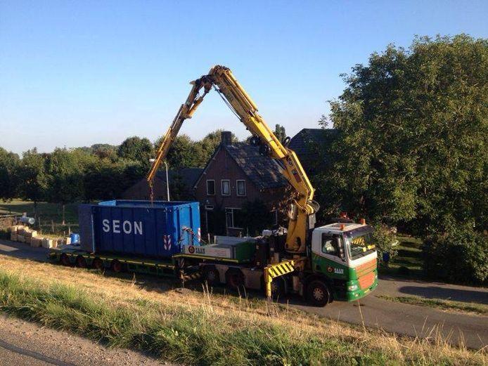 Met een kraan werden donderdag vaten met GBL uit een boerderij aan de Rijndijk in Doornenburg gehaald.