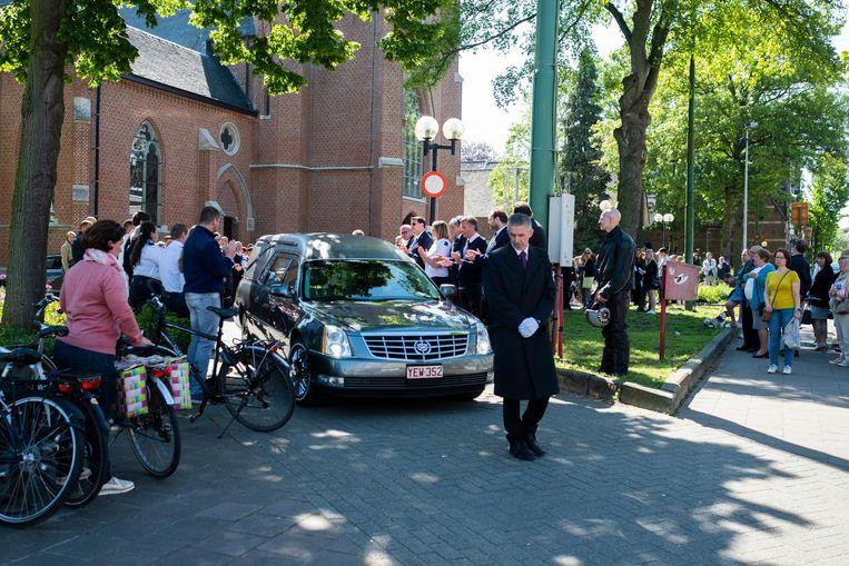 Collega's en vrienden vormden na de plechtigheid buiten aan de kerk een erehaag.