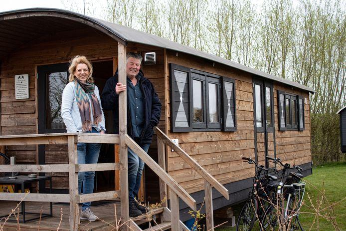 Jo en Ellie Geerts in hun pipowagen op camping De La Rue in Sleeuwijk.