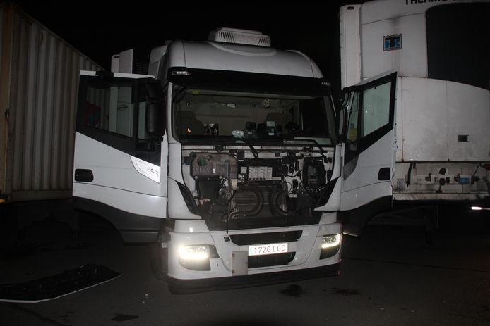 De trucker raakte geplet tussen deze trekker en oplegger op de LAR in Rekkem.