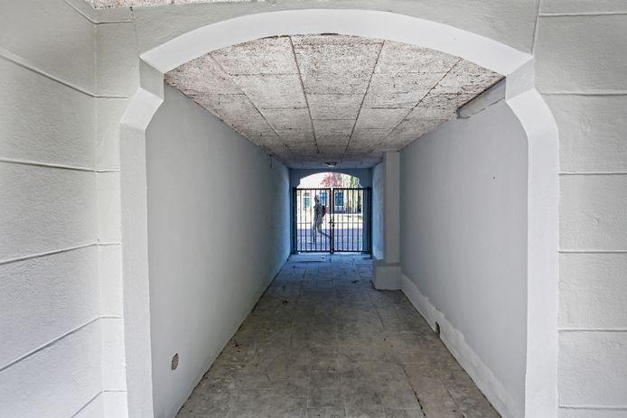 De door een onderhoudsploeg van Mitros gladgestucte muren in het historische poortje aan de Leidseweg.