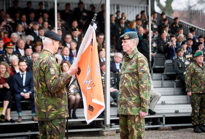 Brigadegeneraal Gerard Koot (l.) geeft het vaandel van de 13. Lichte Brigade over aan de nieuwe commandant, Jan-Willem Maas.