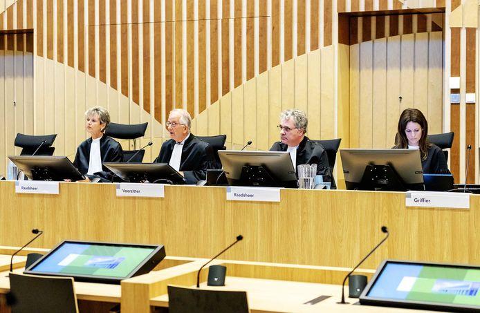 (VLNR) Rechter L. Gerretsen-Visser, voorzitter W. Bruinsma en rechter W. van Boven bij aanvang van het hoger beroep in het Justitieel Complex Schiphol in de zaak rond de fatale arrestatie van Mitch Henriquez.