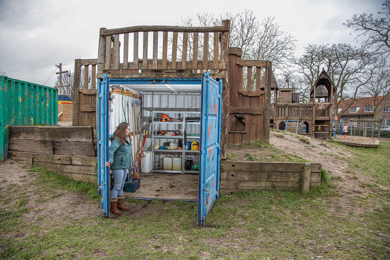 Vanessa Velthuis bij de vrijwel lege container, die normaal gesproken tot de nok toe vol staat met tuingereedschap.