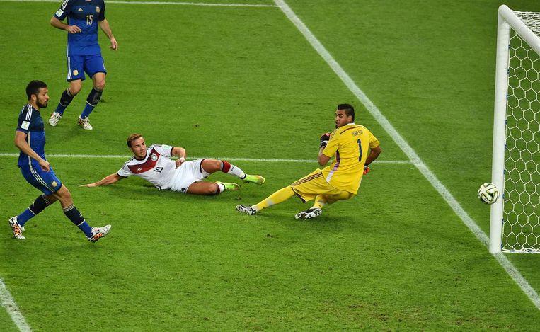 Mario Götze (M) scoort voor Duitsland in de WK-finale tegen Argentinië. Duitsland wordt wereldkampioen en zal ook tijdens het EK in Frankrijk de topfavoriet zijn Beeld anp