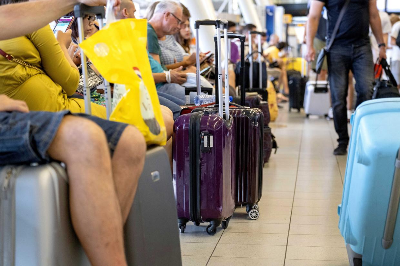 Gestrande reizigers in de luchthaven van Schiphol. Veel Belgen zitten echter vast aan de andere kant van de wereld. Beeld ANP