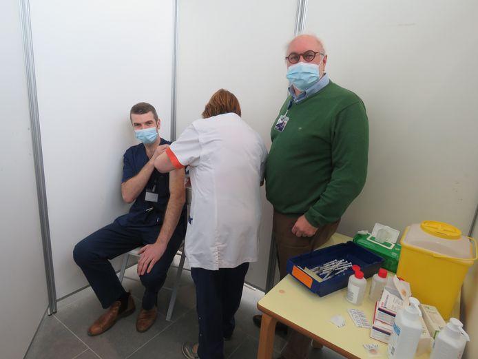 Dokter Ingel Demedts werd als eerste gevaccinneerd, onder het goedkeurend oog van medisch directeur Lieven Wostyn.