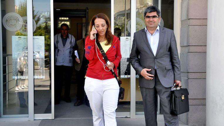 Columnist Ebru Umar met haar advocaat. Beeld afp