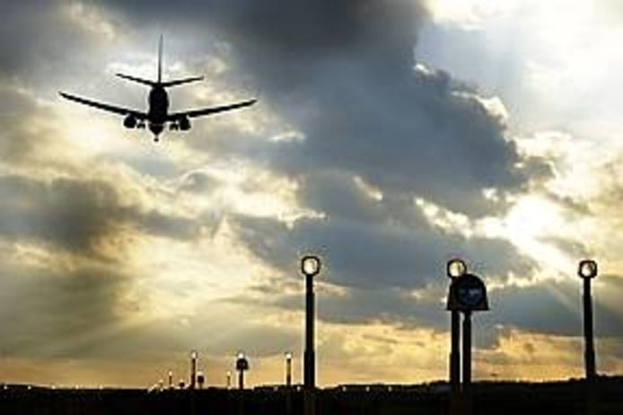 Een landend vliegtuig op Eindhoven Airport.