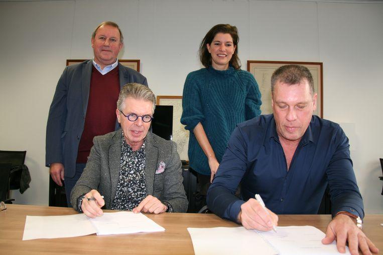 Voorzitter Bruno Kuylen (Open Vld) en zijn college voorzitter Vital Lambert (N-VA) ondertekenen het beleidsprogramma.