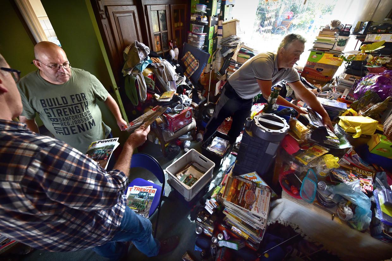 (Archiefbeeld) Een Nederlandse man met verzamelwoede (m.) moet worden geholpen bij het opruimen van zijn huis.  Beeld Marcel van den Bergh