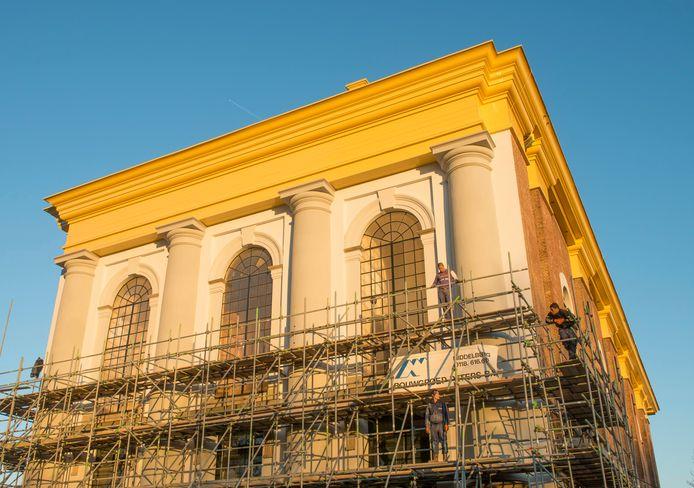 De Nieuwe Kerk in Zierikzee werd in 2012 van binnen en buiten gerestaureerd. Deze maand verdwijnt het gebouw opnieuw achter de steigers. Dit keer worden alle ramen vervangen.