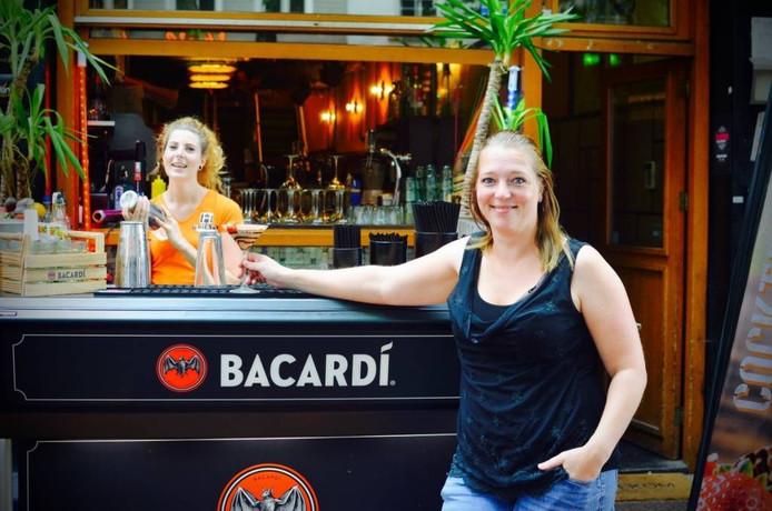 Nanda Koomans (r) bij café Gold op de Grote Markt, waarvan ze net eigenaresse is geworden. FOTO STAPPEN & SHOPPEN