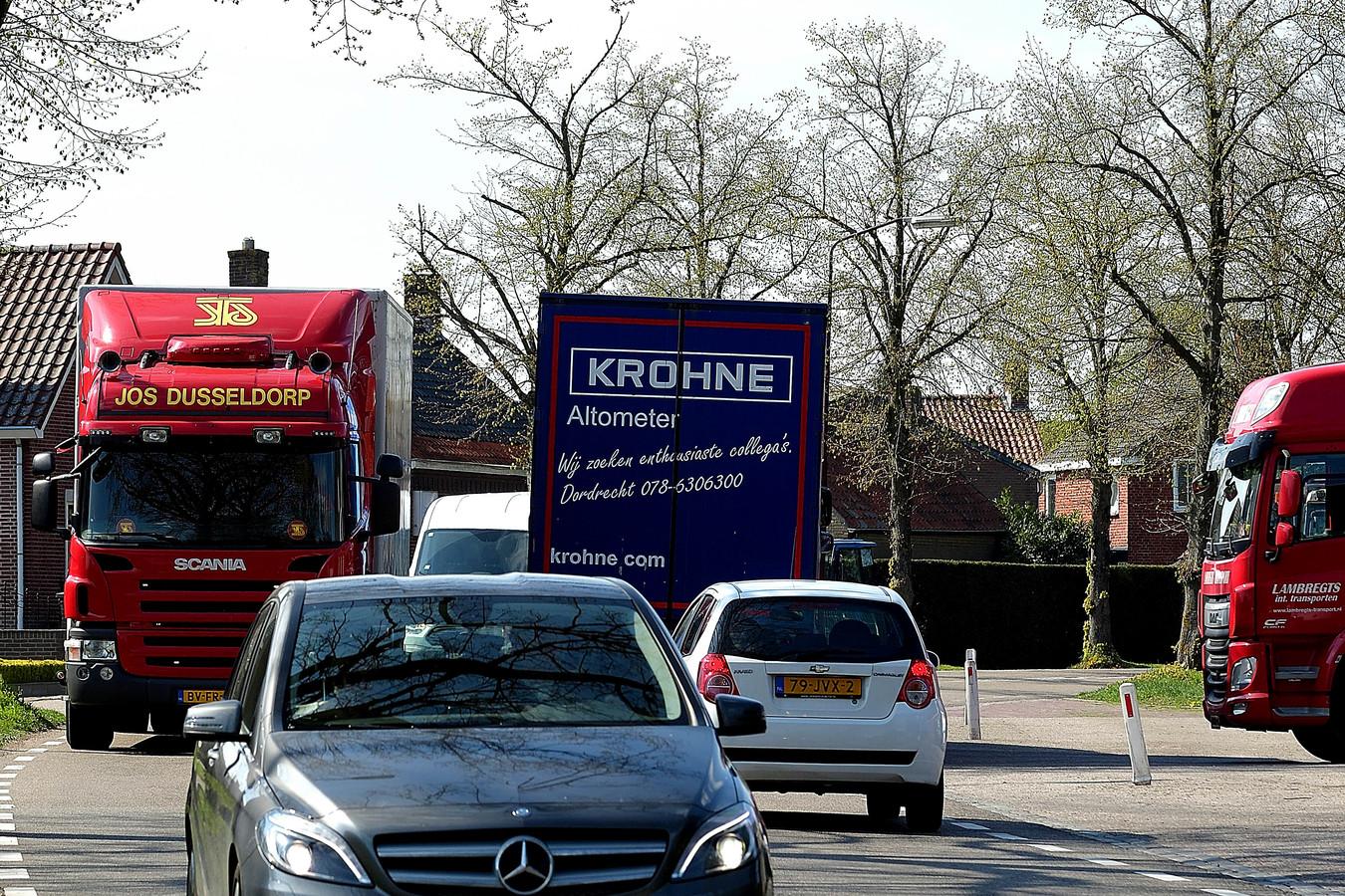 Verkeersdrukte op de Sprangweg (onderdeel van de N640) binnen de bebouwde kom van Hoeven.