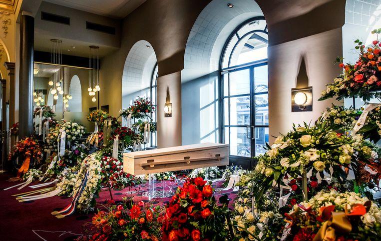 De gesloten kist van burgemeester Eberhard van der Laan was vrijdag opgesteld in het Concertgebouw om mensen de gelegenheid te geven om afscheid te nemen. Beeld anp