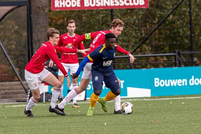 Maiky Fecunda (rechts) aan de bal voor FC Eindhoven AV tegen Rhode.
